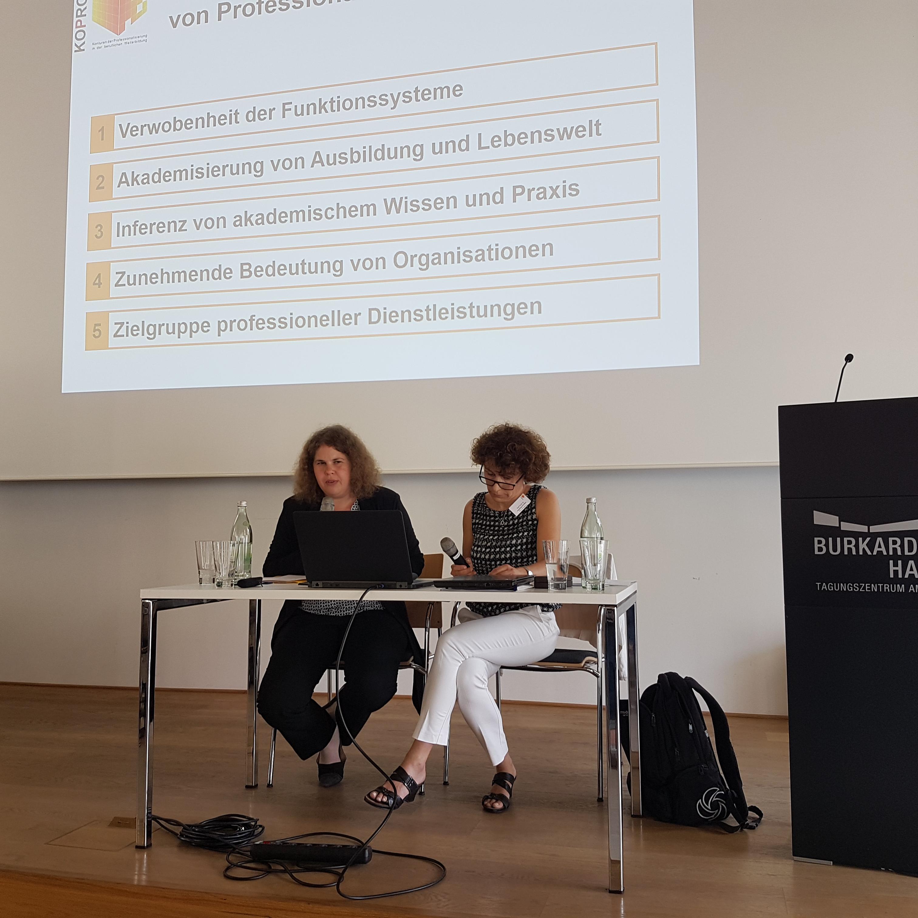 v.l. Prof.'in Regina Egetenmeyer und Prof.'in Ingeborg Schüßler bei der Einführung