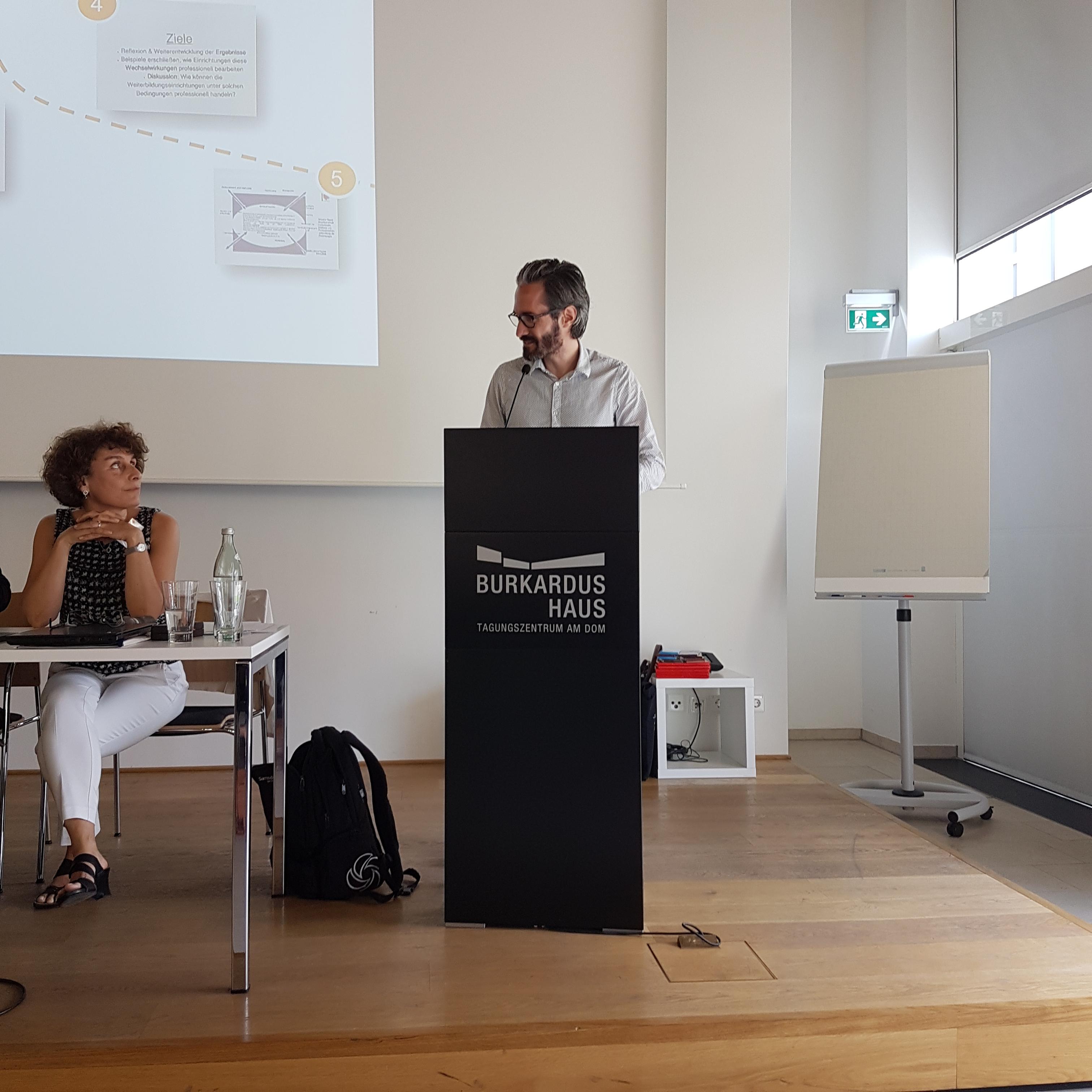v.l. Prof'in Dr. Ingeborg Schüßler und Reinhard Lechner bei der Vorstellung von Workshop I