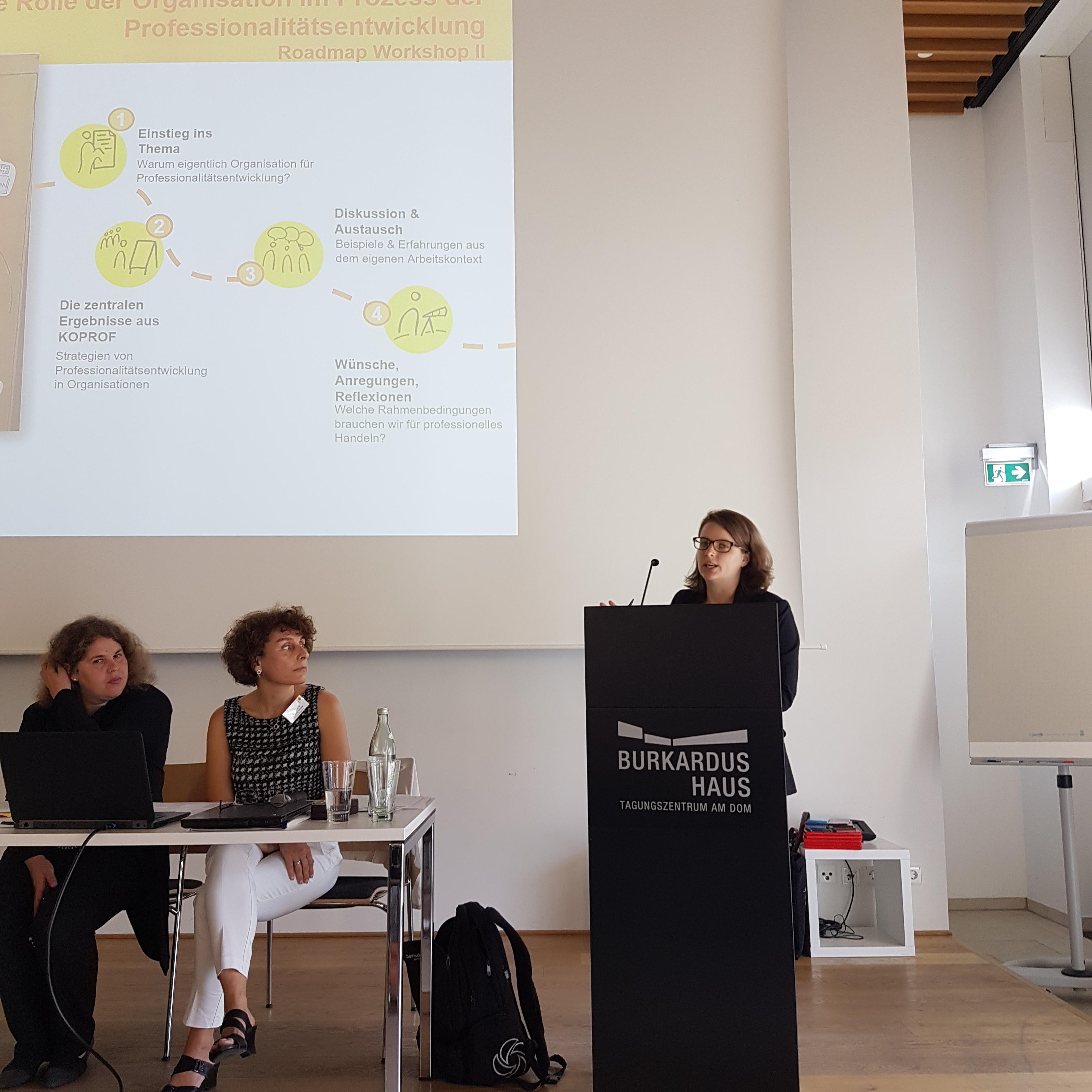 Lisa Breitschwerdt stellt Workshop II vor (links im Bild: R.Egentenmeyer, I.Schüßler