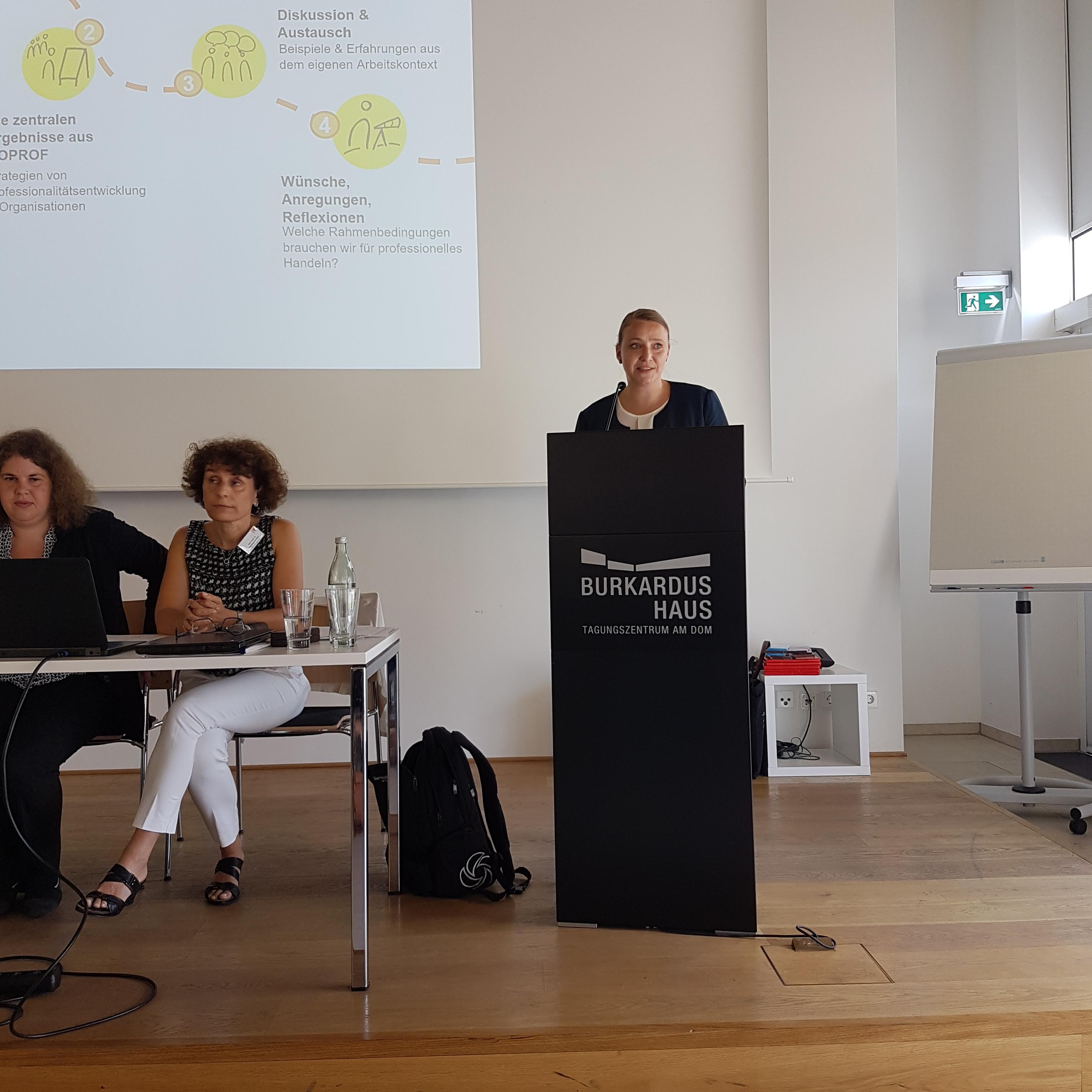 v.l. R. Egetenmeyer, I. Schüßler, Mara Albonesius bei der Vorstellung von Workshop III